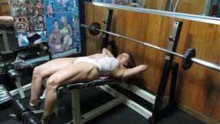 Workout Sexy De Pecho En Transparencia De La Musculosa Diosa Mature